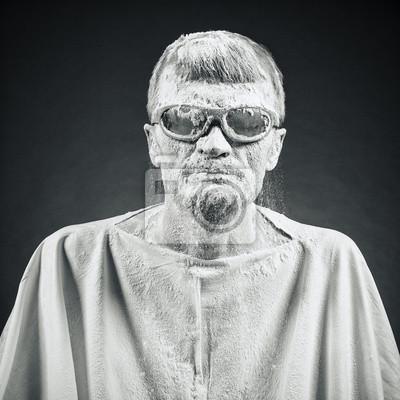 Mann in schwarzen Gläsern