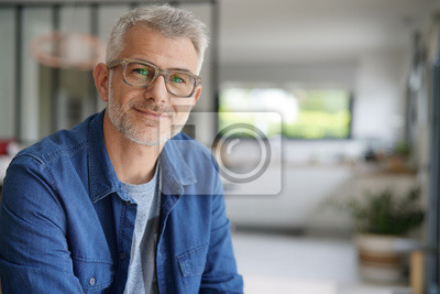 Fototapete Mann mittleren Alters mit Brille und blauem Hemd