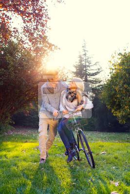Mann und Frau auf einem Fahrrad