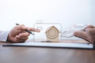 Mann unterzeichnen eine hausversicherung auf wohnungsbaudarlehen ...