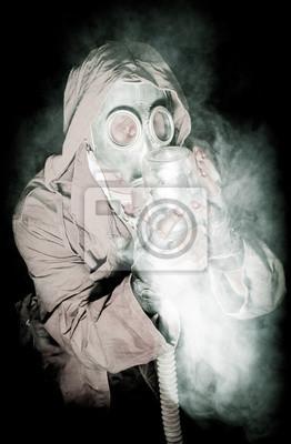 Fototapete Männer in der Gasmaske auf dem schwarzen Hintergrund umgeben von Rauch und Atmung mit grünen Pflanzen in den Topf Hexe hält in seinen Händen, Überleben Soldat nach Apokalypse.