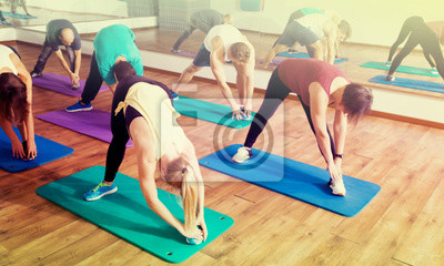 Retro Kühlschrank Yoga : Männer und frauen lernen yoga fototapete u fototapeten ashram