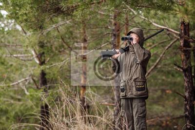 Männlicher jäger mit fernglas bereit zur jagd pistole und wandern