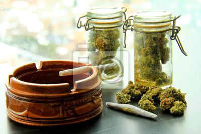 Marihuana-Joints und Gläser von Weed