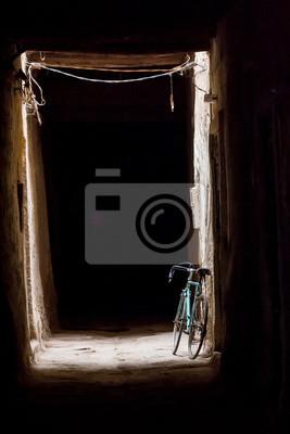 Marokko - Ksar Maadid in Erfoud - Fahrrad in einer dunklen Gasse