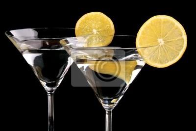 Martini-Gläser auf schwarzem Hintergrund