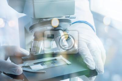 Medizinische labor wissenschaftler hände mit mikroskop für chemie