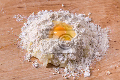 Mehl und Ei Teigherstellung auf Teig Bord