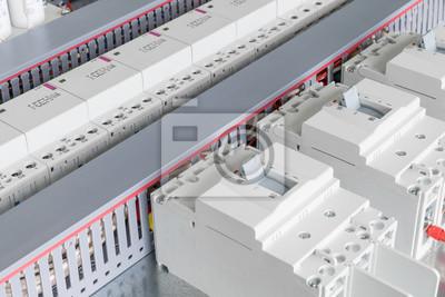 Mehrere leistungsschalter, kabelkanal für verdrahtung, modulare ...