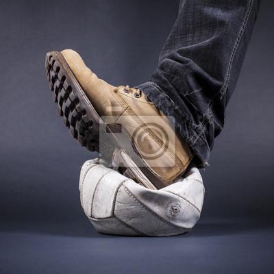 Mens Fuß trat auf dem alten Lederball