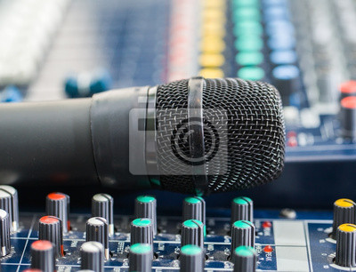 Mikrofontaste auf den DJ