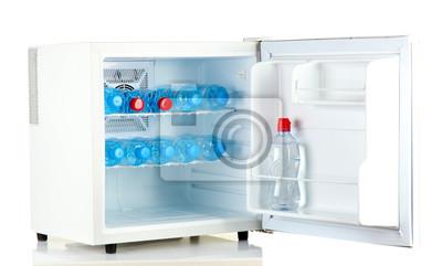 Mini Kühlschrank : Mini kühlschrank voll von wasser in flaschen isoliert auf weiß
