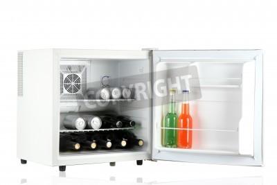 Kleiner Kühlschrank Weiß : Mini kühlschrank voller flaschen alkoholische getränke auf weiß
