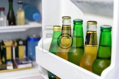 Kleiner Kühlschrank Für Flaschen : Mini kühlschrank voller flaschen in einem hotelzimmer fototapete