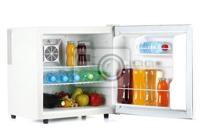 Mini Kühlschrank Kosmetik : Mini kühlschrank voller flaschen saft limonade und obst isoliert