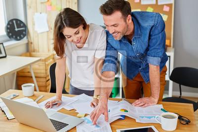 Mitarbeiter Arbeiten In Ihrem Buro Stehen Uber Einem Schreibtisch