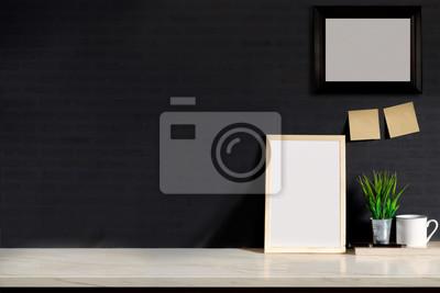 Mock up poster oder fotorahmen auf dem tisch hipster minimalismus