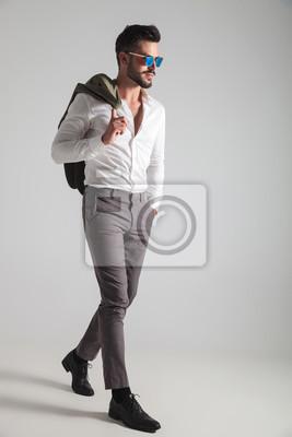 e7c1abb7b5c6 Fototapete Mode Mann mit der Hand in der Tasche hält Mantel an der Schulter