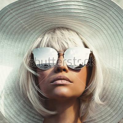 Fototapete Modefoto im Freien junger schöner Dame im Hut und in der Sonnenbrille. Sommerstrandreise. Sommergefühl