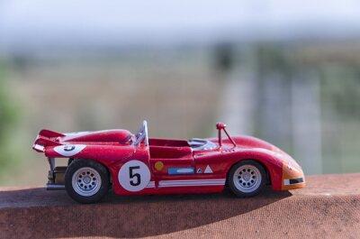 Fototapete Modell eines alten Rennwagens in der Sonne