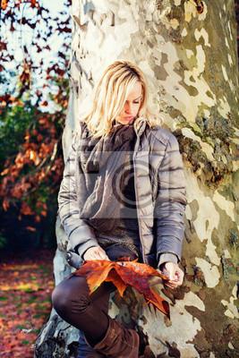 Modell im Herbst Park
