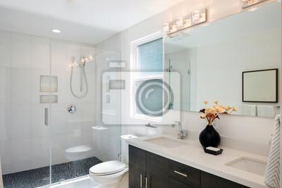 Moderne badezimmer interieur mit glastür dusche und weißen kabine ...