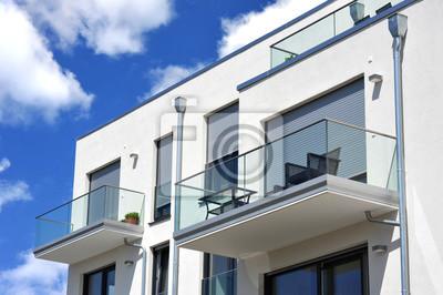 Fototapete: Moderne balkon, verglast mit metall-geländer und eine  neubau-hausfront