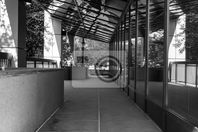 Moderne bürogebäude außen in schwarz und weiß. fenster reflexionen ...