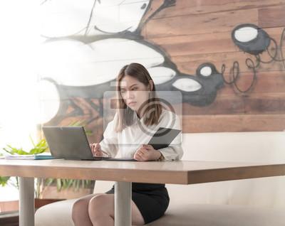 Moderne Business Frau Oder Erfolgreich Arbeiten Auf Laptop Computer