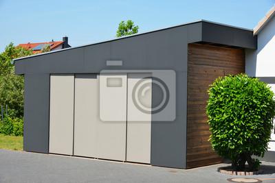 Moderne garage mit automatik-schiebetür in der hauszufahrt ...