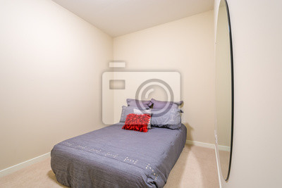 Moderne grau schlafzimmer interieur mit roten und silbernen designer ...