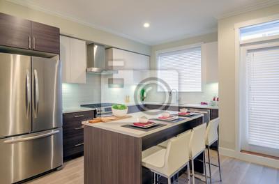 Moderne küche interieur mit insel und schränke in einem luxus-haus ...