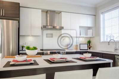Moderne küche mit insel und schränken in einem luxus-haus zum ...