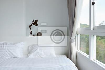 Moderne lampe auf hölzernem nachttisch in weißem, modernem ...