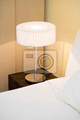 Moderne lampe stand auf dem nachttisch im schlafzimmer fototapete ...