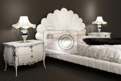Moderne möbel bett mit bettdecke und pelzigen lampen auf bedsid