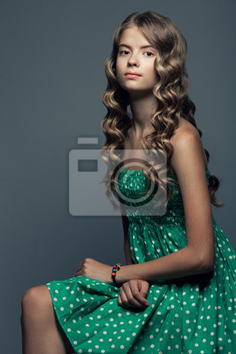Moderne Mona Lisa Konzept Schone Madchen Im Grunen Kleid Fototapete Fototapeten Teenager Hipster Schone Myloview De