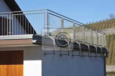 Fototapete: Moderner balkon mit metall-geländer an der neubau-hausfront
