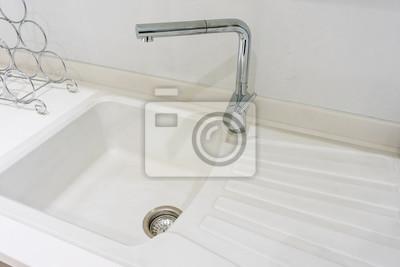 Fototapete: Moderner rechteckiger edelstahl-wasserhahn und weiße spüle auf