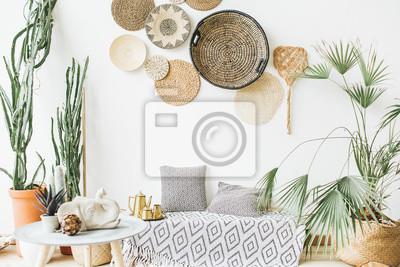 Fototapete Modernes minimalistisches Wohndesign. Kissen, goldene Teekanne, dekorative Strohplatten, skandinavische Decke, tropische Palme, Sukkulenten und Dekorationen.