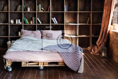 Modernes schlafzimmer in einem loft. städtische wohnung mit ...