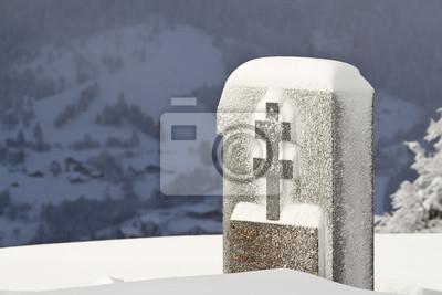 Monument aux morts français avec croix de Lorraine  en hiver