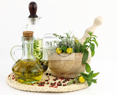 Mörser und Stößel mit Kräutern und Flaschen Olivenöl