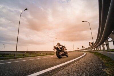 Fototapete Motociclista su moto da strada