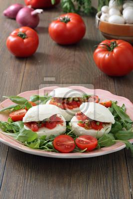 Mozzarella ripiena con pomodori e verdure sfondo tavolo di cucina ...