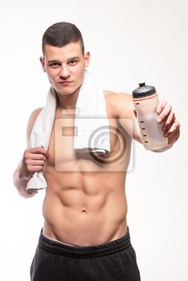 Muskuläre Fitness Mann mit Flasche und Handtuch
