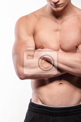 Muskulöser Mann mit gekreuzten Händen
