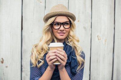 Fototapete Nachdenkliche modischen blonde holding Kaffee im Freien