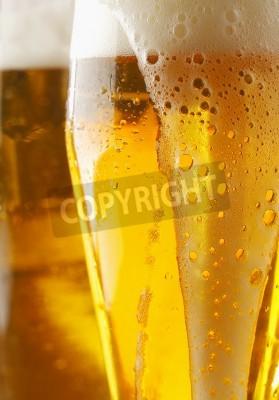 Fototapete Nahaufnahme eines schaumig cverflowing Glas goldene Ale oder Bier mit Flüssigkeit läuft die Außenseite des Glases, abgeschnitten Ansicht Bild
