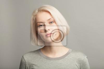 Fototapete Nahaufnahme Porträt der jungen schönen blonden Frau auf grauem Hintergrund